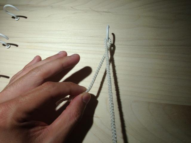 Coge el extremo libre de la sutura con el dedo índice y el pulgar.
