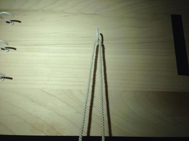 Obtenga su sutura alrededor de un gancho o anillo para fijarlo en su lugar. Decidir sobre qué mano realizará la eliminatoria por un lado. Este es el