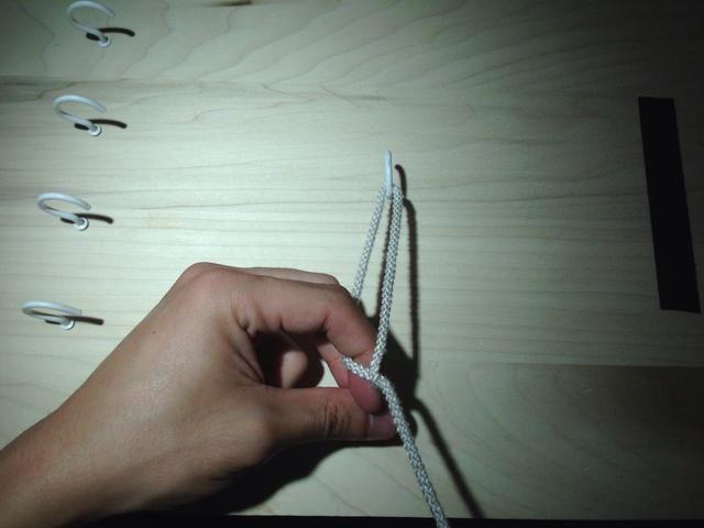 Si retiró el dedo índice lo suficientemente lejos, usted debería ser capaz de colocar la sutura detrás de la uña de su dedo índice. Esto guiará el extremo libre de la sutura a través del bucle.