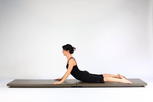Extensión Volver Para los primeros 2 repeticiones utilizar su fuerza en los brazos para movilizar la columna vertebral haciendo un