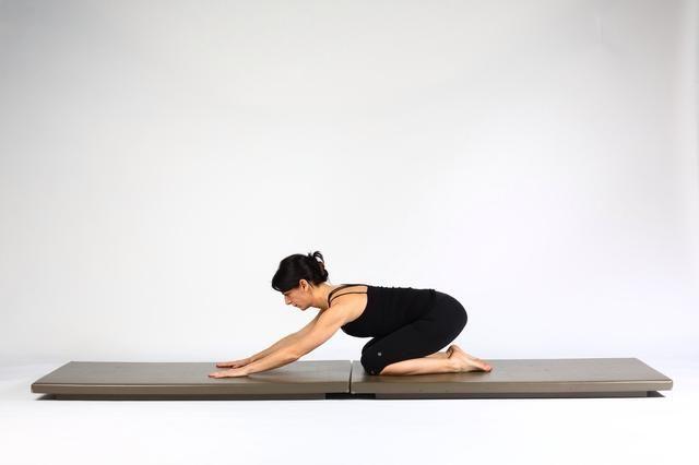 Shell Stretch.After Volver Extensión empujar a ti mismo sobre los talones redondeando la espalda y sacando vientre.