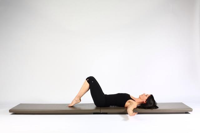 Rotación espinal Inicio tendido en las rodillas de espalda se inclinó con una columna en posición neutral. (Esto significa que su espalda baja no se presiona en colchoneta)