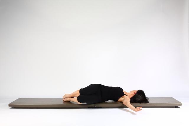 Espinal RotationTake rodillas a la izquierda de apilamiento de pie en la parte superior del pie. Mantenga esta posición durante un par de respiraciones.