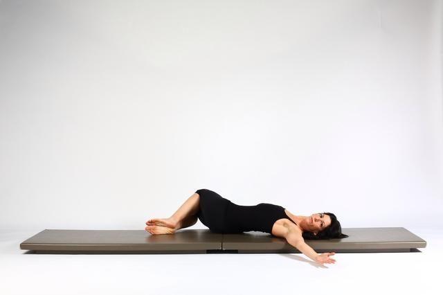 Espinal RotationDrop rodillas a los pies de apilamiento adecuados. Estancia de una Repita cuantas respiraciones