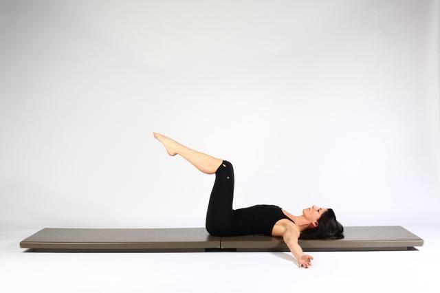 Rotación espinal TT Traiga patas a una mesa a la posición. Las rodillas encima caderas y las rodillas a 90