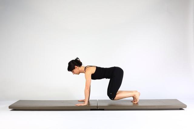 5. TABLÓN PASEO OUTS- Flex rodilla izquierda y la cadera para que regresen a la rodilla posición con la columna vertebral neutral flotando.