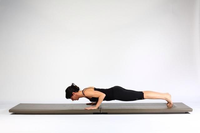 2. PLANTA DE ALTA PLANK- Activar quads, el pecho, tríceps y abdominales. Empujar en suelo asomar su cuerpo tan cerca del suelo como sea posible. Puede modificar dejando las rodillas hacia abajo.