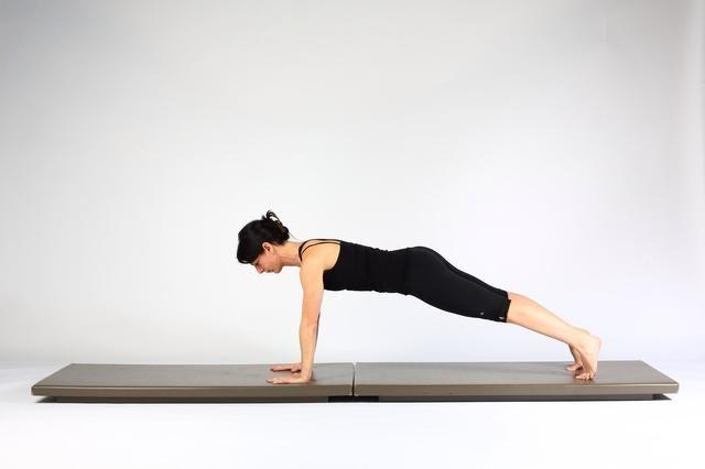 3. PLANTA DE ALTA PLANK- extender los codos y el torso y los muslos en la elevación de un tablón