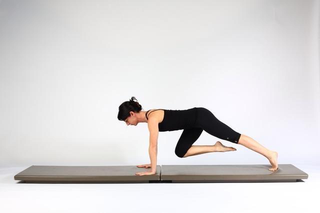 1. RODILLA A pecho- Inicio en alta tablón. Mantener el hombro y la alineación de la cadera dibujar una rodilla hacia el pecho