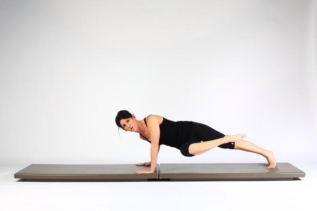 2. RODILLA DE PECHO CON rodilla bodega ROTACIÓN a la posición del pecho y girar las caderas y el pecho a un lado (codo opuesto se doblará)