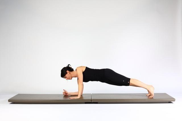 2. TABLÓN menor a mayor TABLÓN-Coloque la mano izquierda en el codo izquierdo es y extender el codo