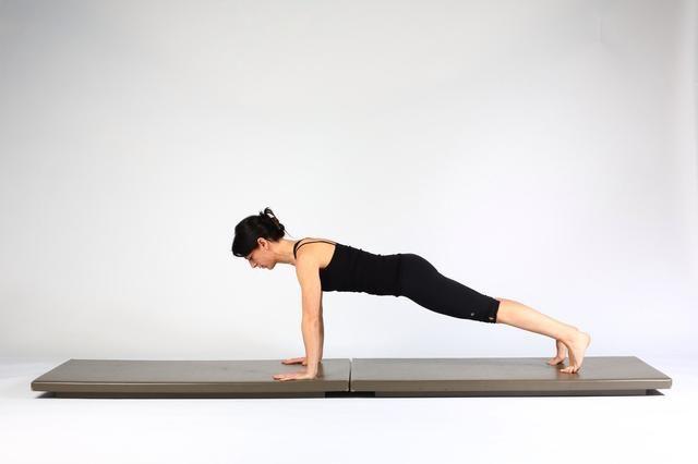 1. ALTA TABLÓN CON EMPUJE PARA ARRIBA EN LADO DEL TABLÓN Inicio en alta tablón con la alineación de la columna vertebral neutral.