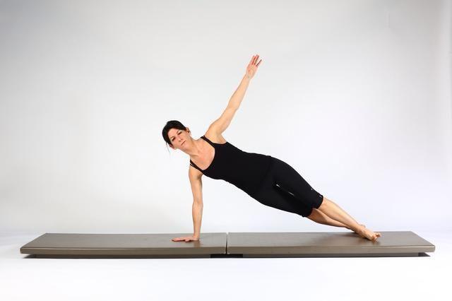 3. ALTA TABLÓN CON EMPUJE PARA ARRIBA EN TABLÓN laterales se extienden los codos y mientras que empuja hacia arriba ascensor mano izquierda en baja rotación del torso, las piernas y las caderas para hacer frente a la izquierda. Mantener la columna vertebral neutral a lo largo