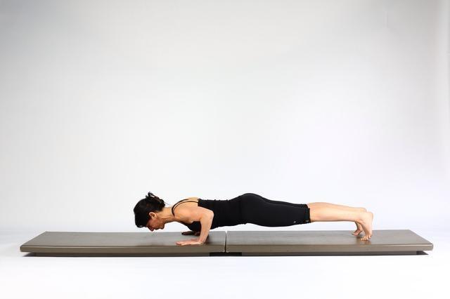 3. ALTA TABLÓN CON EMPUJE PARA ARRIBA EN LADO DEL TABLÓN Girar de nuevo a suelo flexionando simultáneamente codos y bajar a un tablón que asoma.
