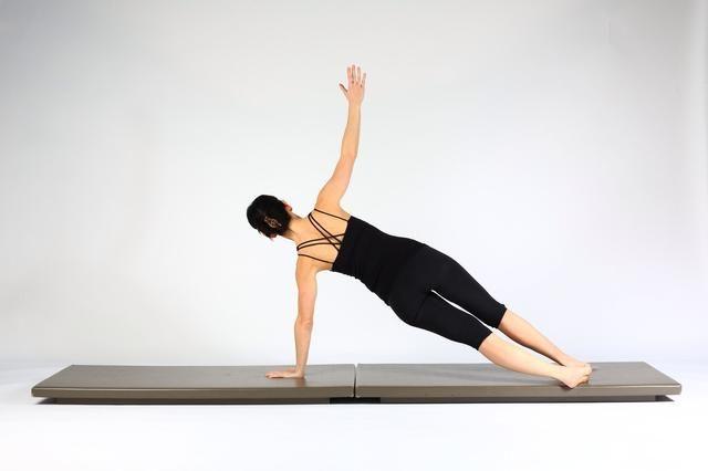 6. ALTA TABLÓN CON EMPUJE PARA ARRIBA EN TABLÓN laterales se extienden los codos y mientras que empuja hacia arriba ascensor mano derecha de baja rotación del torso, las piernas y las caderas para hacer frente a la izquierda. Mantener la columna vertebral neutral a lo largo