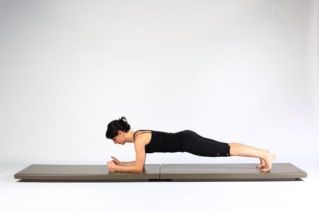 1. TABLÓN-Start LOW antebrazos rodillas fuera baja, la columna vertebral neutral. Mantenga esta posición durante intervalos de 30 segundos. Aumentar el tiempo celebrada como fuerzas.