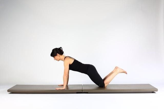 1. PLANTA DE ALTA TABLÓN ración mantener las rodillas en la estera de extender los codos y levante el torso y los muslos en un tablón. Mantener una columna en posición neutral.