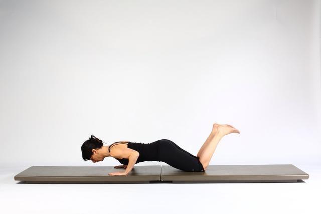 2. PLANTA DE ALTA TABLÓN PREP - Baja torso para un vuelo estacionario flexionando los codos. Trate de mantener la posición durante 14 segundos. Mantenga las caderas neutra (sin inclinación de la pelvis).