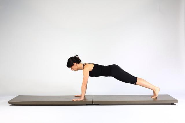 4. TABLÓN PASEO OUTS- Extender la rodilla izquierda y la cadera por lo que la pierna izquierda recta. Ambas piernas ahora son largos. Asegúrese de que su torso, las caderas y los brazos permanecen hombros quietos y nivel.