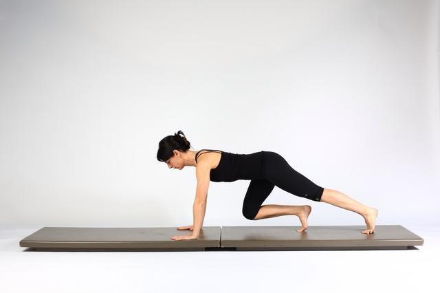 4. TABLÓN PASEO OUTS- Flex rodilla derecha y la rodilla de la cadera y de la cadera de regresar el pie a su posición inicial.