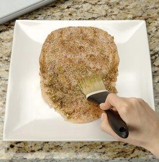 En un plato grande, coloque el lado liso 1 pechuga de pollo abajo, extremo estrecho más cercana 2 usted. Coloque 1 cucharada de pesto sobre el centro de la mama. Difundir el pesto de manera uniforme sobre el pecho usando una brocha de pastelería.