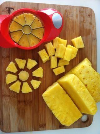 Cortar en cubos con cuchillo o si la piña en rodajas puede utilizar un divisor de la manzana para eliminar rápidamente el centro de cada rebanada y cortar en porciones a la vez.