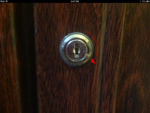 Averigüe qué manera su cerradura gira. Éste se convierte en una dirección hacia la derecha.