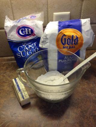 CORTEZA PRIMERA MARCA: Mezclar 1 taza de harina con 5 T. de azúcar en polvo. A continuación, añadir la mantequilla (temperatura ambiente ... no demasiado fría)