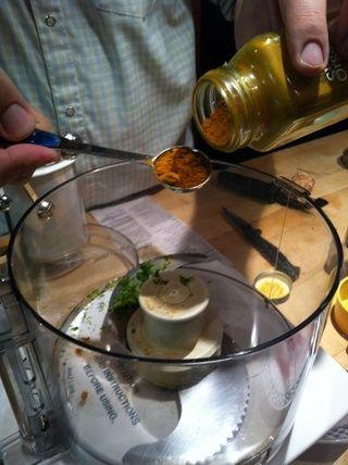 Combine la ralladura de limón, cúrcuma, jengibre, hierba de limón y el ajo en una licuadora o cuisinart, junto con 1/2 taza de la mezcla de vinagre todavía enfriamiento. Puré, agregando más mezcla de vinagre hasta que's smooth.