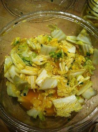 Añadir la mezcla restante a la licuadora y el pulso varias veces para combinar, luego vierta la mezcla sobre el repollo escurrido. Añadir la salsa de pescado o sal adicional, y su salsa caliente preferida.