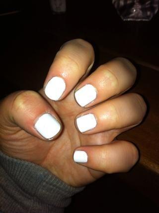 Aplique dos capas de esmalte de uñas blanco y esperar hasta que las uñas estén completamente secas. Esperé durante unos 30 minutos antes de usar la cinta adhesiva en la parte superior de mis uñas.