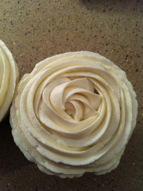 Cómo Pipe Buttercream rosas en las magdalenas! Receta