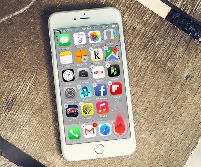 Mientras que todo está todavía''wiggling'', drag the Qcard icon and drop it on the iPhone Dock.