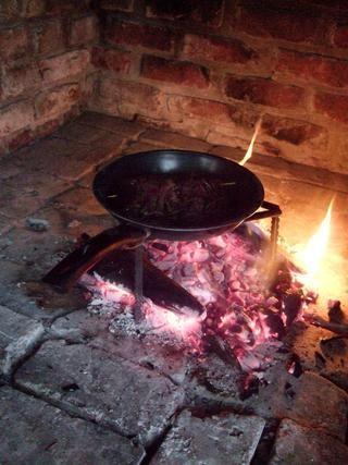 Usted puede obtener madera para encender un fuego en todas partes. Pregunte a los agricultores para la carne de caza fresca.