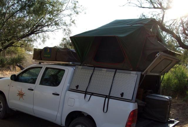 Se trata de una camioneta pick-up con una carpa de techo y todo lo necesario en la parte posterior para sobrevivir las próximas semanas