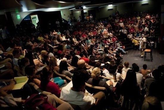CONFERENCIA - Algunas cosas que pueda necesitar: profesor, moderador, micrófono / sistema de sonido, podio, sillas para la audiencia, la iluminación, bocadillos, programas, mesa de firma de libros, señales, taquillas, seguridad, etc.