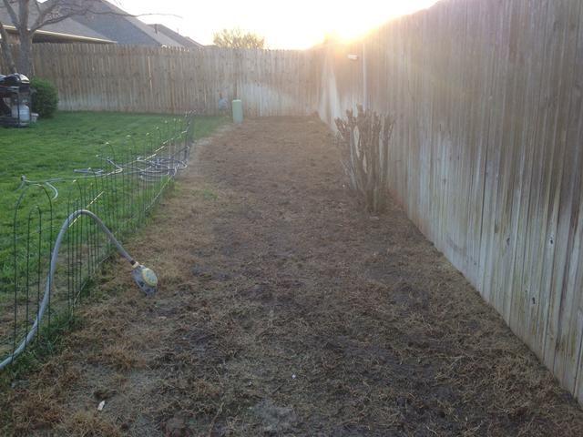 Rocíe hierba restante y la suciedad con césped y herbicida. Tendrá que repetir al menos 1 hora de asegurar una cobertura adecuada.