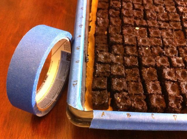 Coloque tira de cinta de la pintura en un lado y un extremo de la bandeja. Lado de la etiqueta AZ y al final 12.01 correspondiente a cada fila. Si el uso de diferentes tipos de semillas, asegúrese de que tenga en cuenta la colocación de las semillas en la hoja de cálculo.