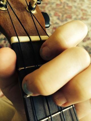 Por último, tenemos el acorde F. Mantenga su segundo dedo donde está y coloque su dedo índice en la primera traste de la cuerda E.