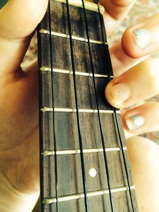 El primer acorde es el acorde C. Coloca el tercer dedo en el tercer traste de la cuerda A