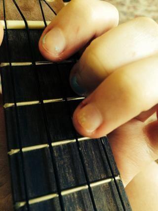 El siguiente es el acorde de Sol. Mantenga su segundo lugar dedo y levantar el tercer y primeros dedos