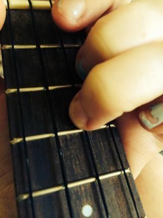 Coloca el tercer dedo en el tercer traste de la cuerda E.