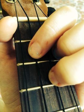 A continuación, coloque su dedo índice en el segundo traste de la cuerda C