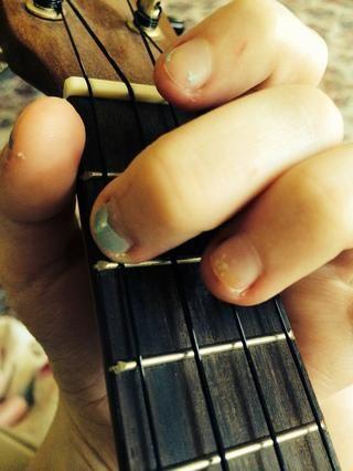 Ahora para el acorde de Am. Simplemente coloque su segundo dedo en el segundo traste de la cuerda de Sol.