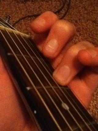 Comience con su dedo anular en la segunda cuerda, segundo traste.