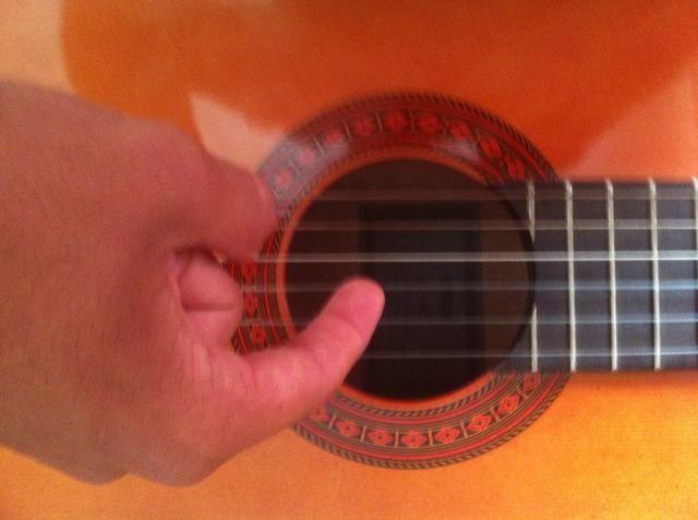 A continuación, arrancar las 3'rd string from the bottom (While holding down 5th thread)