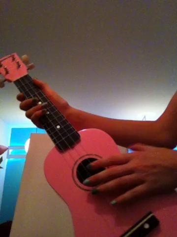 Esto es cómo sostener su ukulele para los diestros. Mi mano izquierda está rasgueando (te gusta la música de fondo?) Lol