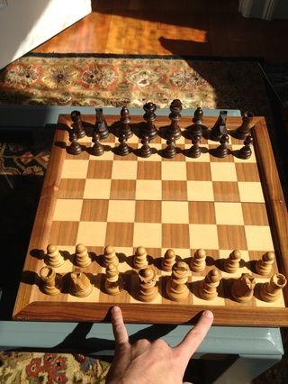 Por último, coloque los obispos junto a la realeza. Mover solamente en diagonal, se aferran a sus colores originales de todo el juego. Yin y yang.