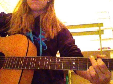 12.) Ahora que tiene todos los dedos en los lugares correctos, con la mano derecha con un pico, rasguear las cuerdas en la boca de la guitarra.