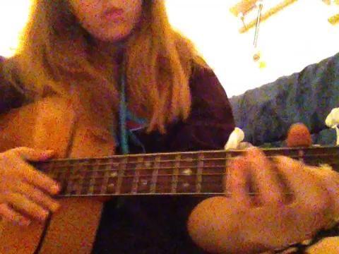 24.) Strum todas las cuerdas, pero la baja E en la boca de la guitarra.